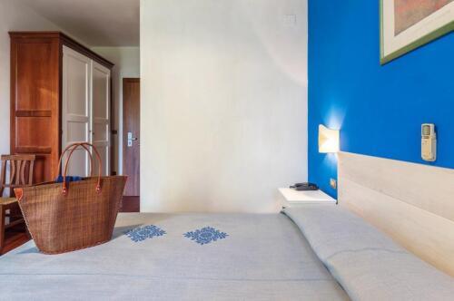 albergo-santa-maria-santa-maria-navarrese-camera-blu-4-1024x680